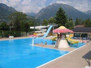 zwembad met diverse glijbanen